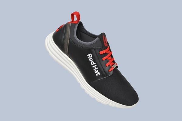 Sneaker für Firmen Draco schwarzer Turnschuh mit roten Schnürsenkel und weißem Logo
