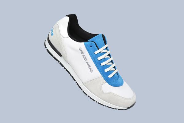 Sneaker für Firmen NewLine branded mit Logo Stick, Musterschuhe der Firma Voestalpine